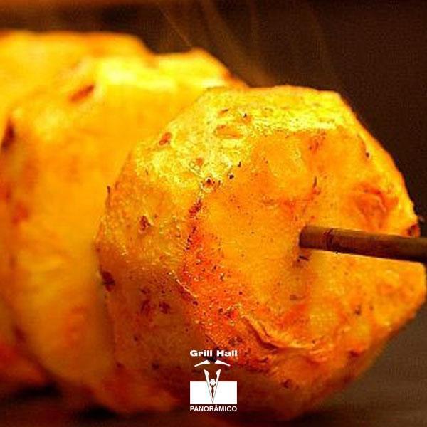 <p>Os brasileiros sempre estão inventando na gastronomia. Além de incluir nas churrascarias o sushi no buffet, uma das coisas mais pedidas e que não pode faltar no churrasco, é o abacaxi no espeto ou abacaxi assado. A fruta cai muito bem durante ou após o churrasco, já que ela contribui na digestão, além de seu sabor suculento.?? #EuNoGrillHallPanorâmico #eunogrillhall #ChurrascoTodoDia #abacaxinoespeto #abacaxiassado</p>
