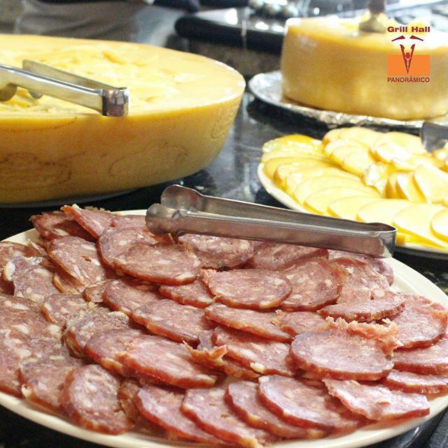 <p>Uma das tradições de almoço de domingo, é aquela beliscada antes do churrasco. Queijos, salame, azeitonas, fazem parte do picadinho que o pessoal adora. E claro, que você encontra aqui no Grill Hall Panorâmico.</p> <p>#EuNoGrillHallPanorâmico #eunogrillhall #ChurrascoTodoDia #queijos #salame</p>